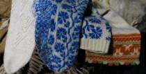 Liepājas muzejā nodarbības skolēniem par etnogrāfiskajiem cimdiem un zeķēm