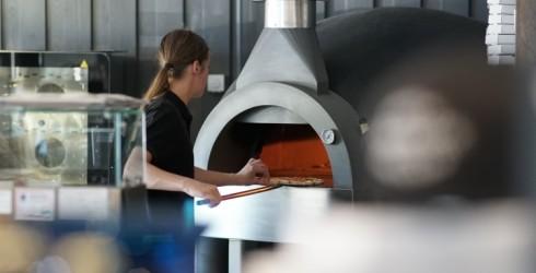 Engurē kafejnīcā Kafff Pizzza top autentiskas itāļu picas malkas krāsnī