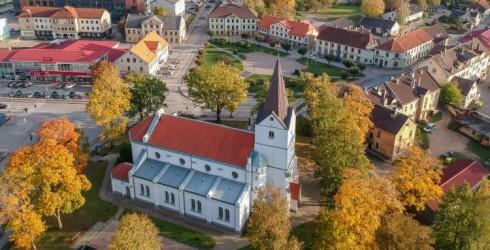Saldus Sv. Jāņa ev. lut. baznīca un O. Kalpaka laukums